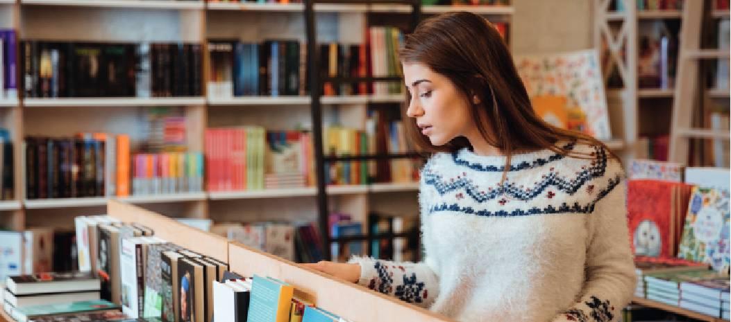 Jeune femme dans une librairie